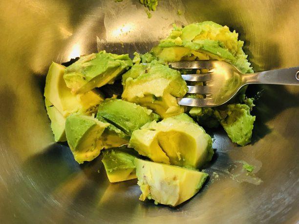 アボカドは実をフォークで潰します。