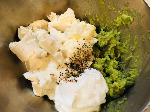 水切りした豆腐とヨーグルト、マヨネーズ、塩コショウを加えてよく混ぜます。