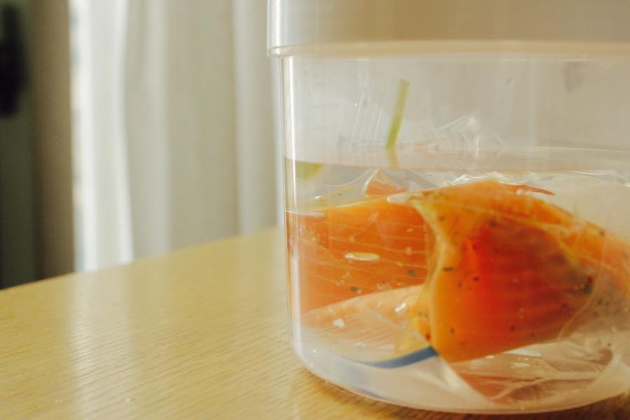 KAMOSICOの専用容器に40°Cのお湯を入れ、①のサーモンを浮かない様に沈めます。