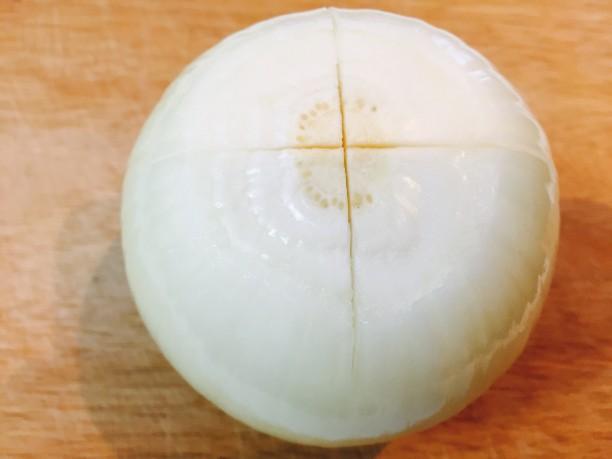 玉ねぎの上下を切り取り十字に切り込みを入れ、電子レンジ600Wで上下3分ずつ加熱します。