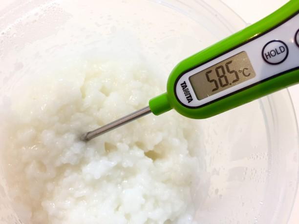 熱湯消毒したヨーグルティアの内容器に、60度位に冷ましたお粥を入れます。