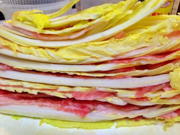 白菜と豚バラ肉を交互に挟んでいきます。