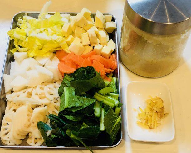野菜を食べやすい大きさに切っておきます。