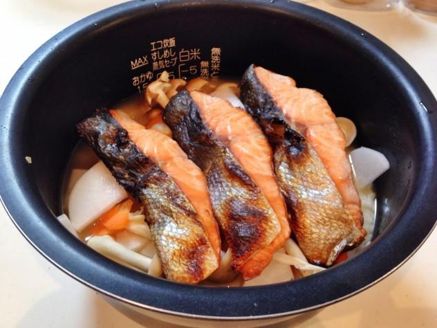 お好みの食材を入れ、上に鮭を乗せて炊飯スタート。