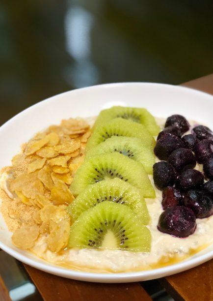 翌朝、お好みのフルーツやシリアルを乗せて、メープルシロップをかけたら出来上がり♫
