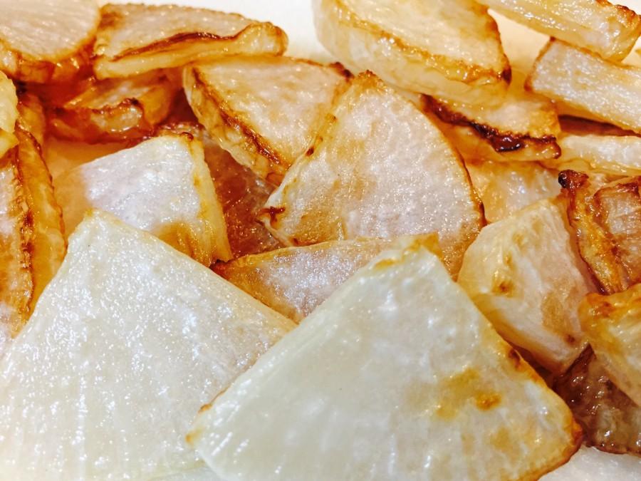 多めのオリーブオイルを敷いたフライパンに、大根を入れて揚げ焼きし、両面に焼き色がついたら取り出します。