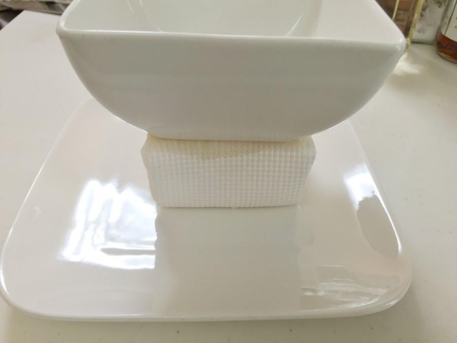 豆腐をペーパータオルに巻いて、その上に重しを乗せて30分水切りします。