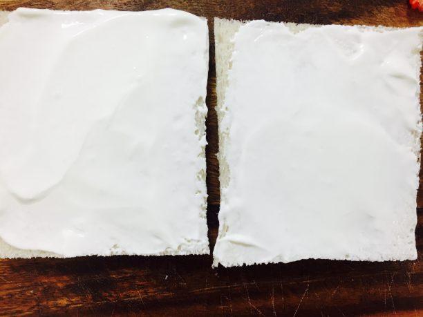 食パンの耳を落とし、②をパンに塗ります。