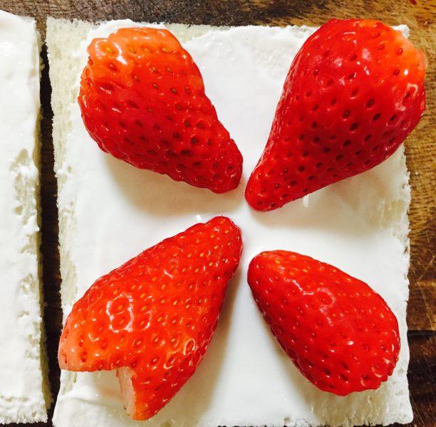 苺をカットした部分を横にしておきます。