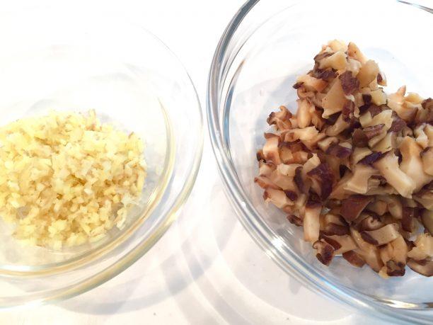 戻した干し椎茸と生姜をみじん切りにします。