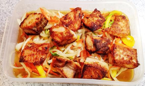 味付け調味料(●)を混ぜたものに野菜とサーモンを漬け、冷蔵庫で冷やします。