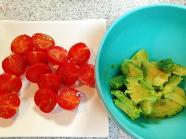 アボカドは一口大に、プチトマトは半分に切っておきます。