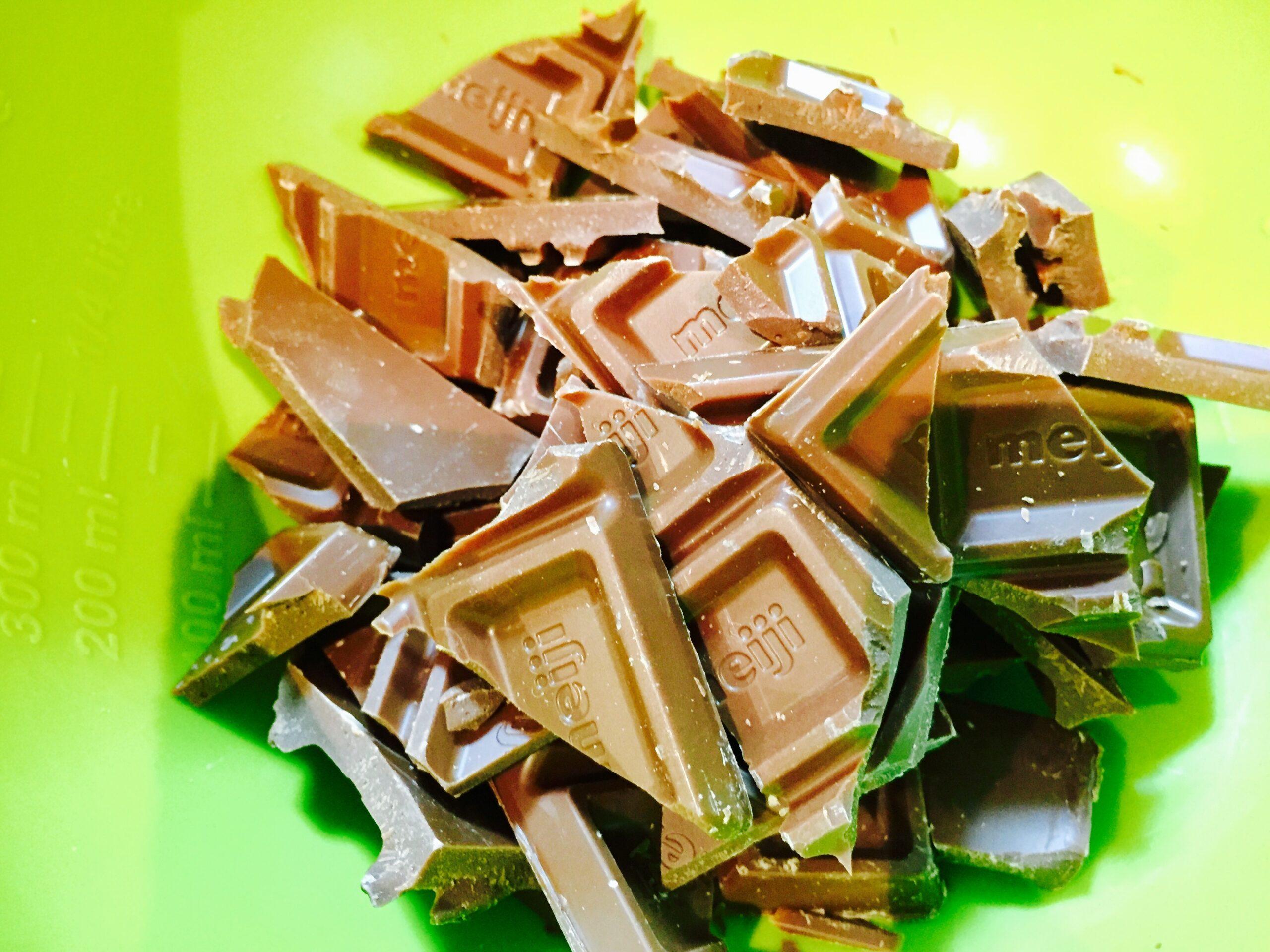 チョコレートをバキバキと折ってボウルに入れます。