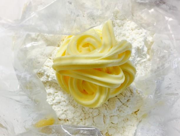 ①に、ホットケーキミックス、バター、生クリームを入れてよく混ぜ合わせます。