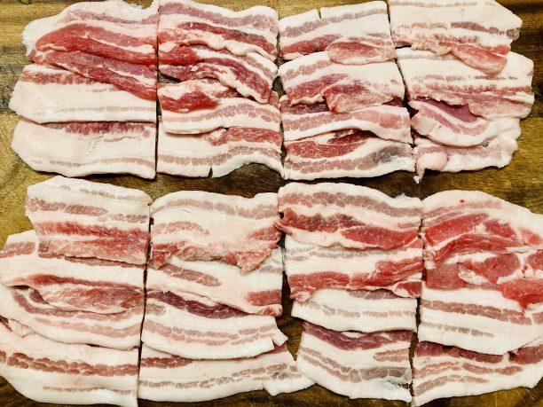 豚バラ肉を少し重ねる様に並べます。 切り分けていますが一枚のままでもOKです。