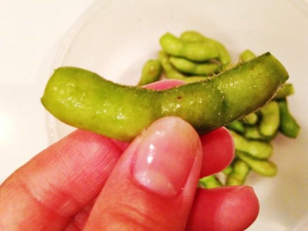 枝豆をよく洗い両端を少し切ります。