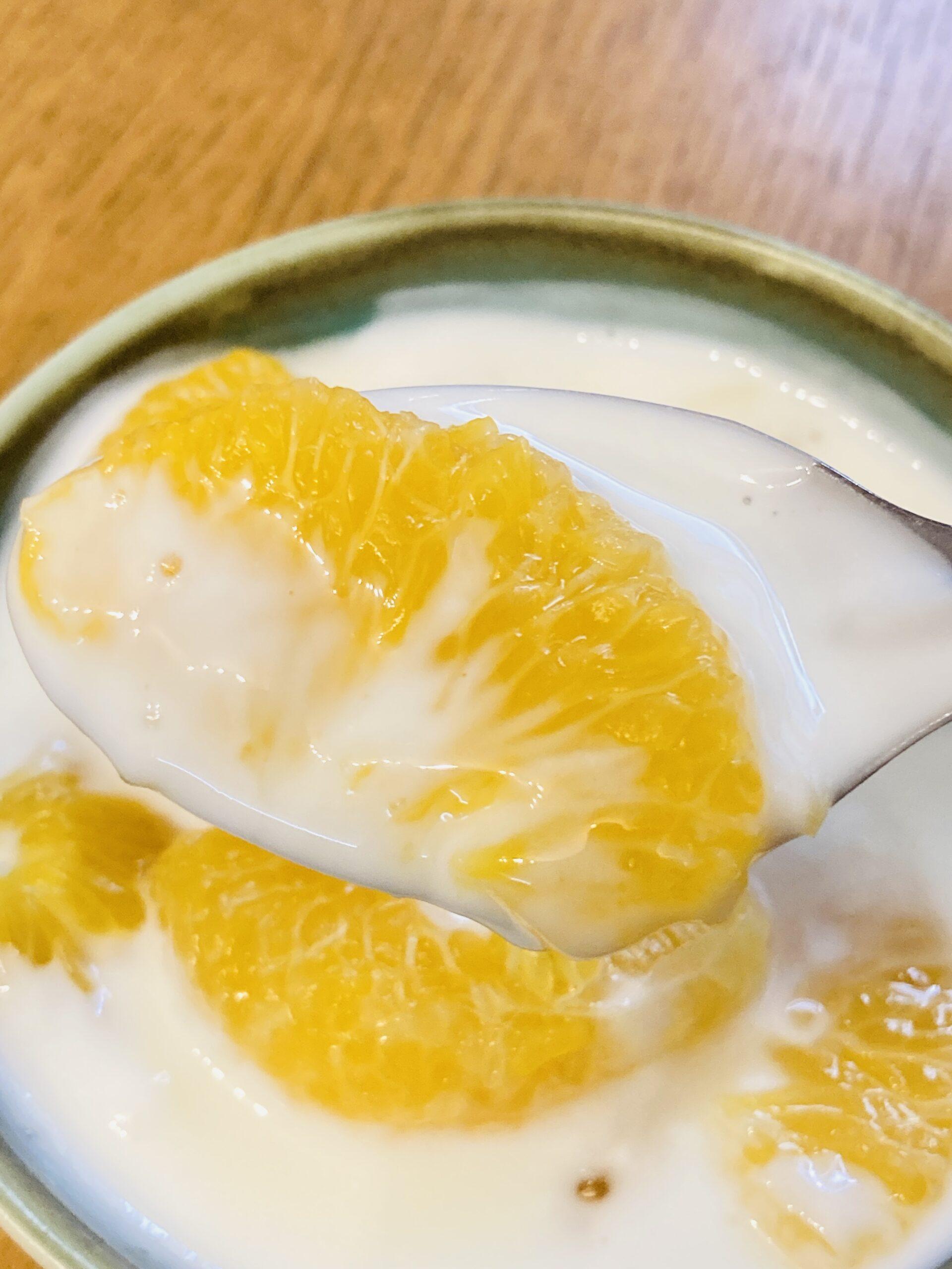 ヨーグルトに甘夏シロップ漬けをトッピングしても美味しいです。 写真はヨーグルト100gに甘夏シロップ100gです。