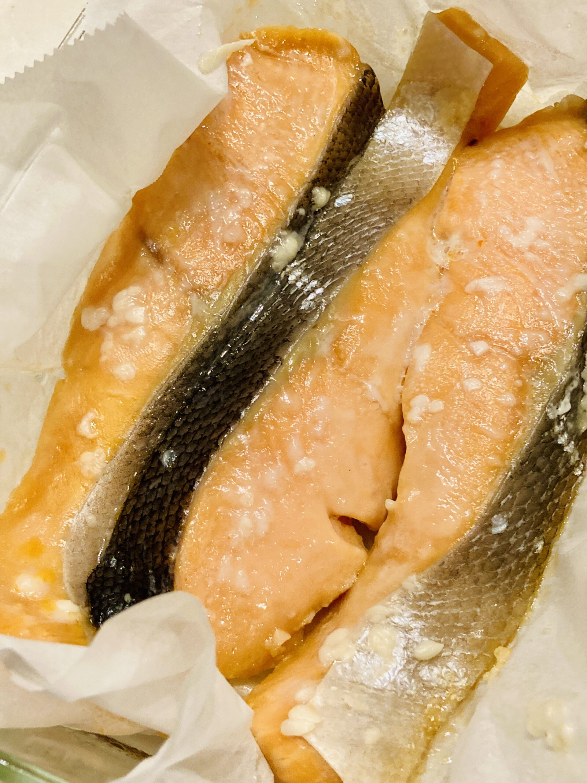 寝かせた後の鮭を耐熱容器にクッキングシートを敷き、その上に塩こうじ漬けした鮭を並べ、600Wの電子レンジで4分30秒加熱します