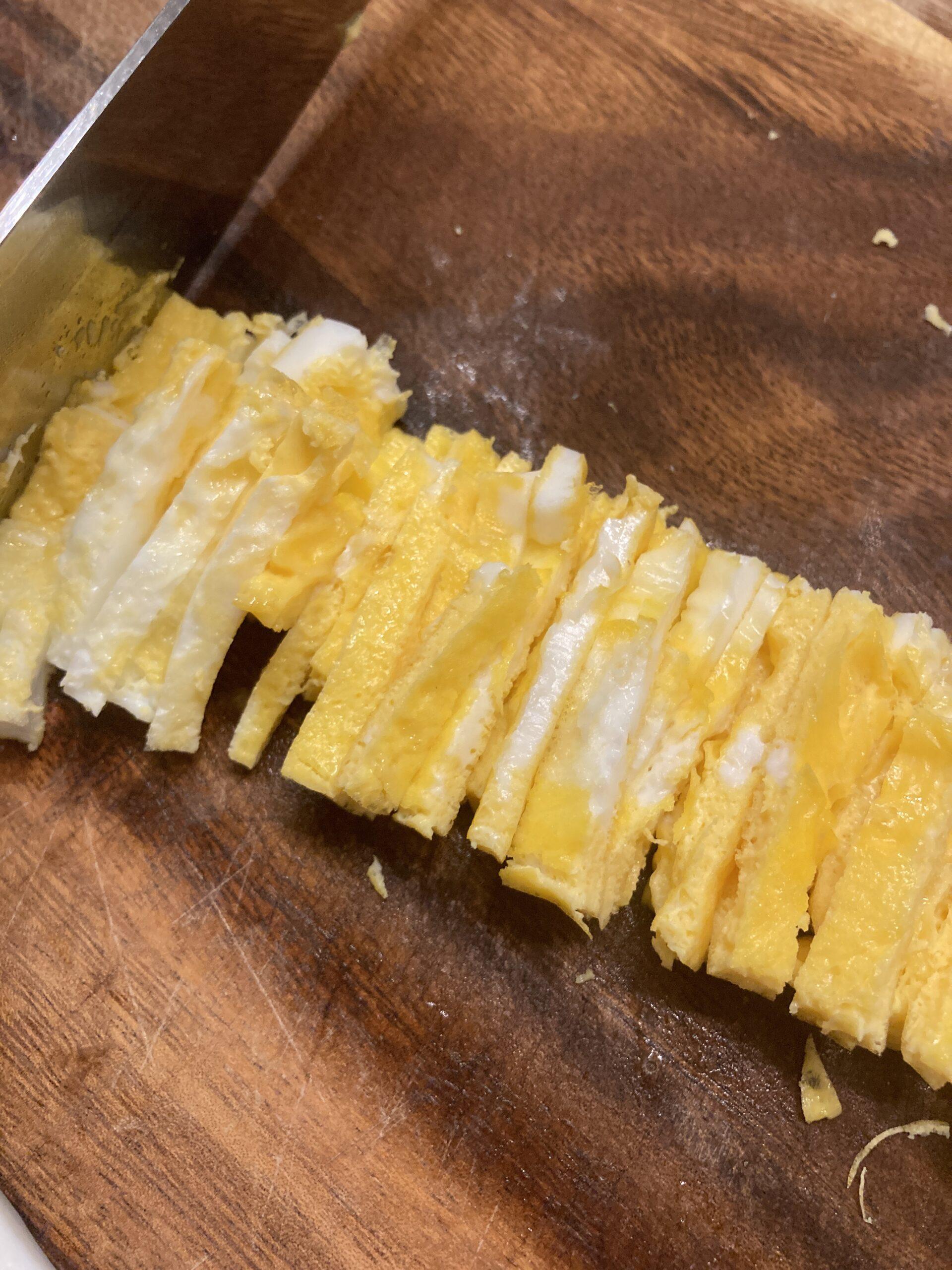 フライパンで薄焼き卵を作り細切りします