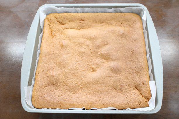 天板に50℃のお湯を注ぎ⑧を置いたら、予熱したオーブンで150℃60分ほど焼きます。 焼けたら型からすぐに取り出し、クッキングシートを外します。
