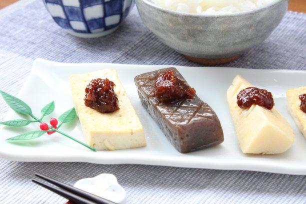 焼いた豆腐、こんにゃく、茹でたけのこに味噌をかけて完成です。
