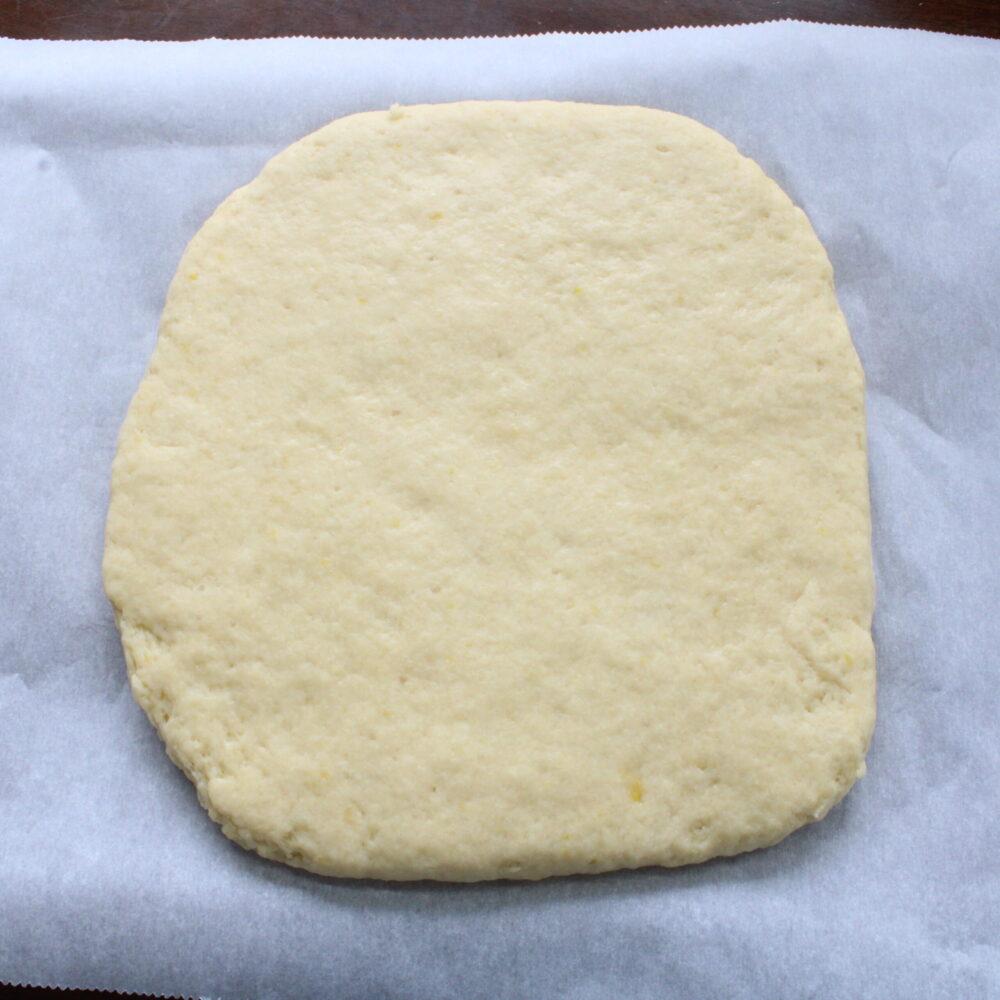 打ち粉をしたオーブンペーパーに生地をのせ、厚さ3㎝の正方形に伸ばます。 乾燥しないようにラップをし、冷蔵庫で1時間寝かせます。