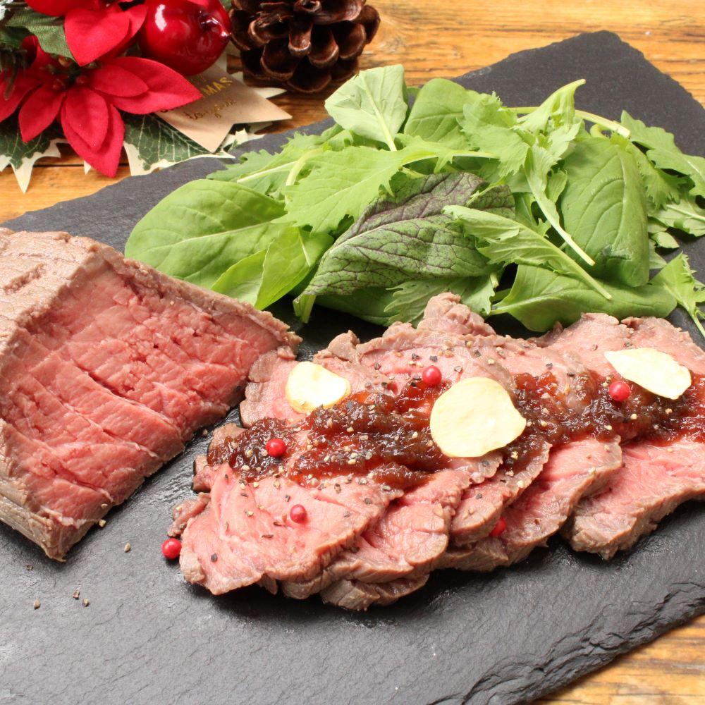 牛肉を取り出し、冷水で冷やします。 お好みの厚さに切り分けたら、玉ねぎソースをかけてお召し上がりください。