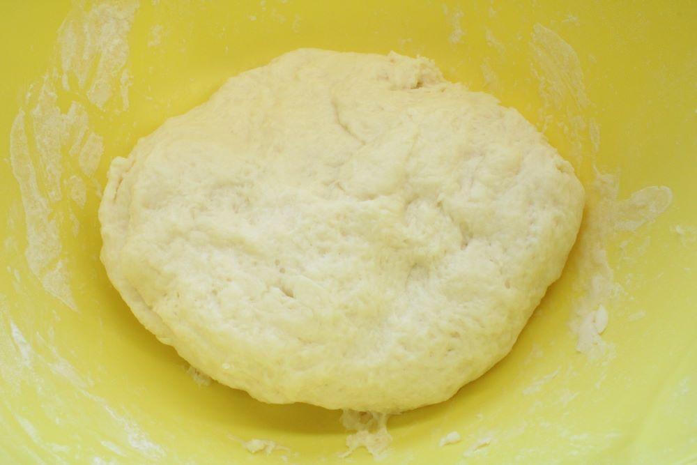 ボウルにホットケーキミックスとヨーグルトを加えて混ぜ、ひとまとまりにしたら、ラップをかけて10分寝かせます。 (ベタつくようなら、粉を足してください)