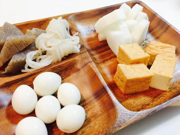 おでんの具材を食べやすい大きさに切り分けます。