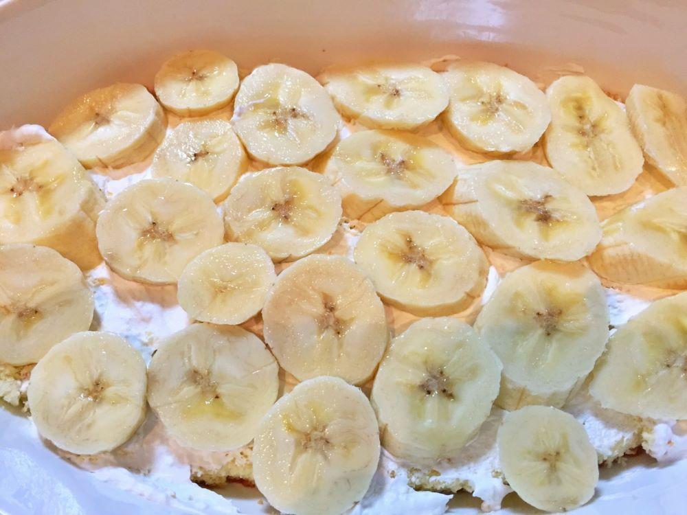 スライスしたバナナを敷き詰め、スポンジを1枚のせます。