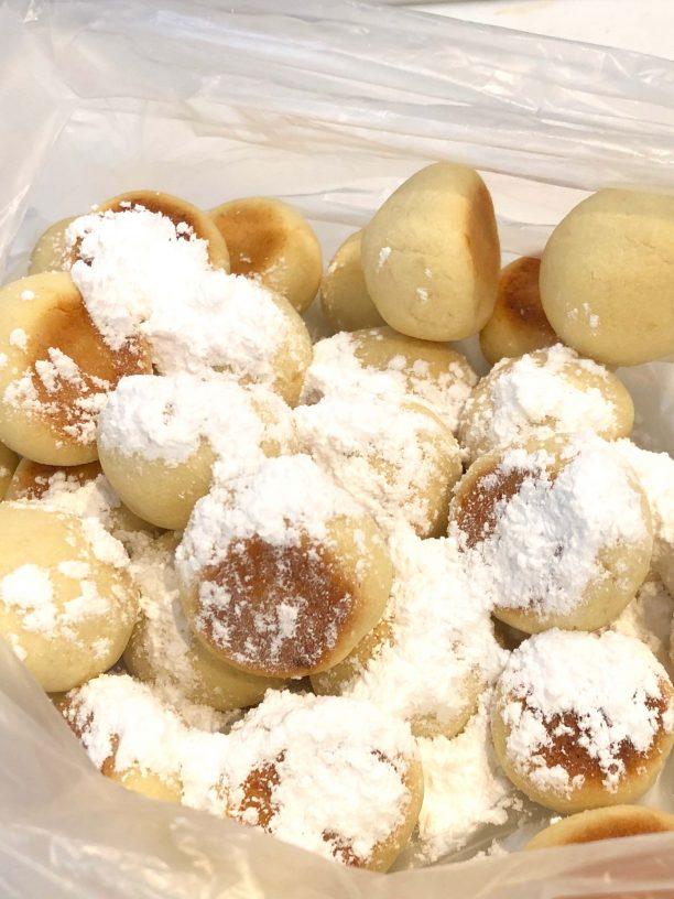 焼きあがったら粗熱をとり袋に入れて粉砂糖をまぶします。