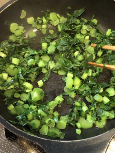 フライパンにごま油をひき、細かく切った大根の葉を炒めます。