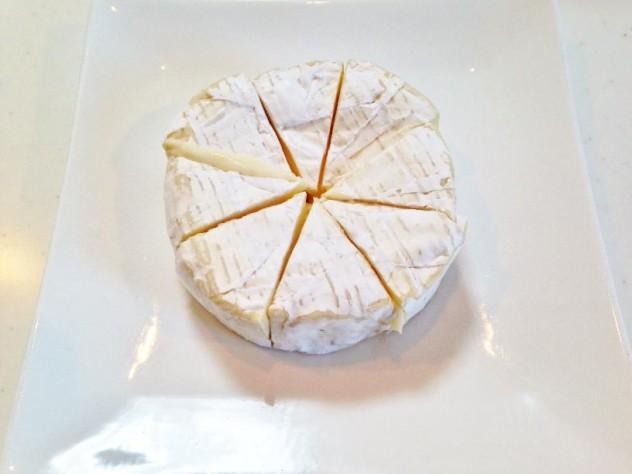 カマンベールチーズを8等分に切り分けます。