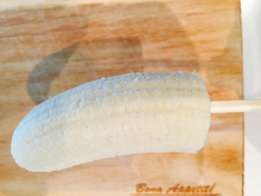 バナナをスティックにさします。 さす時は、太い方を刺した方が中でクルクル回りません。