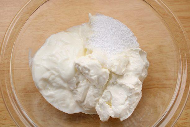 クリームチーズ、ヨーグルト、砂糖をボウルに入れ、スプーンでしっかり混ぜます。