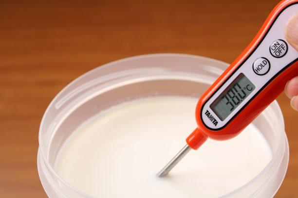 消毒した内容器に分量の低温殺菌牛乳を入れ、電子レンジ500wで4分程度加熱し、35~38℃になるまで温めます。