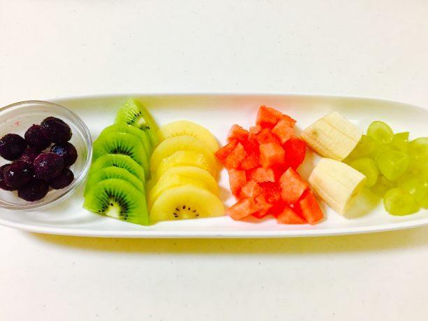 フルーツを切り分けます。