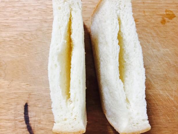 食パンを半分に切り、包丁で写真の様に中心に穴を開けます。
