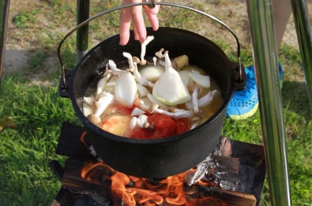 鶏モモ肉に焼き色が付いたら、他の材料を入れて煮込みます。