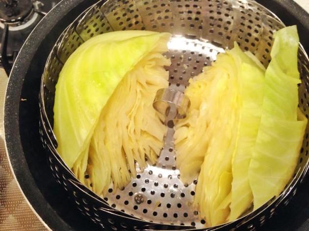 キャベツは半分に切って蒸します。