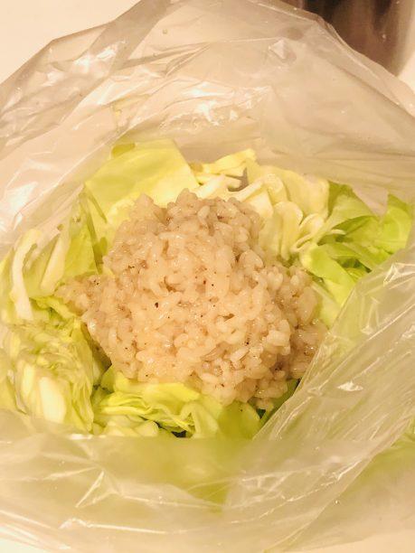 ポリ袋に、手で食べやすい大きさにちぎった春キャベツと、だし塩こうじを入れます。