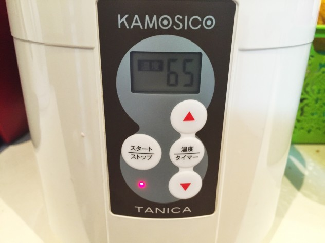 乾燥大豆をよく洗い、熱湯消毒したKAMOSICOの専用容器に、大豆と容器にいっぱいの熱湯を入れます。