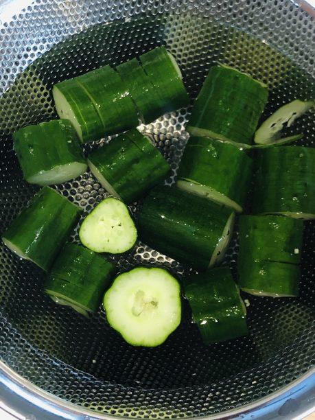 お好みの大きさにカットし、10分程塩水に漬けて水気を切ります。