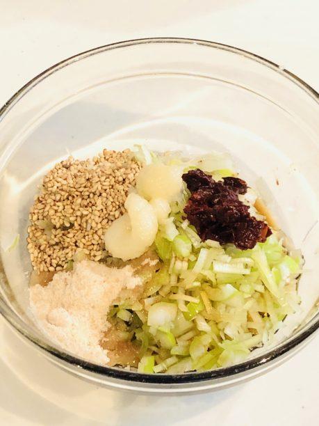 長ネギをみじん切りにし、その他の調味料と一緒に混ぜ合わせます。
