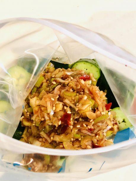 保存袋にキュウリと漬けだれを入れてよく揉み込みます。