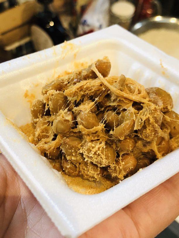 納豆に付けダレを入れて少しかき混ぜたら、大1のきな粉を振りかけ納豆がコーティングされるようにさっくりと混ぜ合わせます。