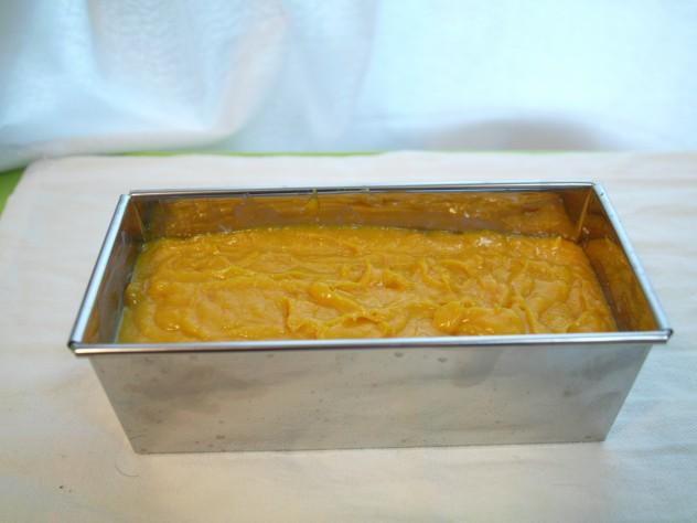 型に流しいれ、オーブンで余熱なし170度45分で焼きます(オーブンの温度や時間は様子を見て調整してください)