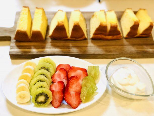 シフォンケーキを4等分し、中央に1センチ程残して切り込みを入れます。 フルーツはすべてスライスします。