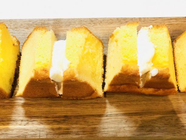 半分に切り込みを入れたシフォンケーキに、ヨーグルトクリームを塗ります。