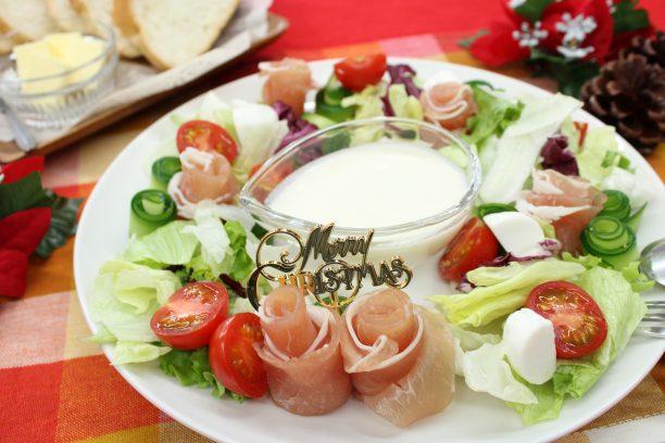 お皿にリング状になるように、ベビーリーフ、モッツレラチーズ、①と②を盛り付け③のドレッシングをかければ完成です!!